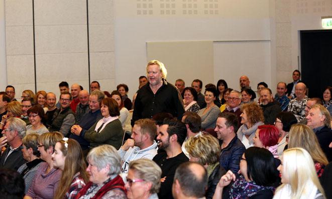 inmitten des Publikums fühlte er sich sichtlich wohl