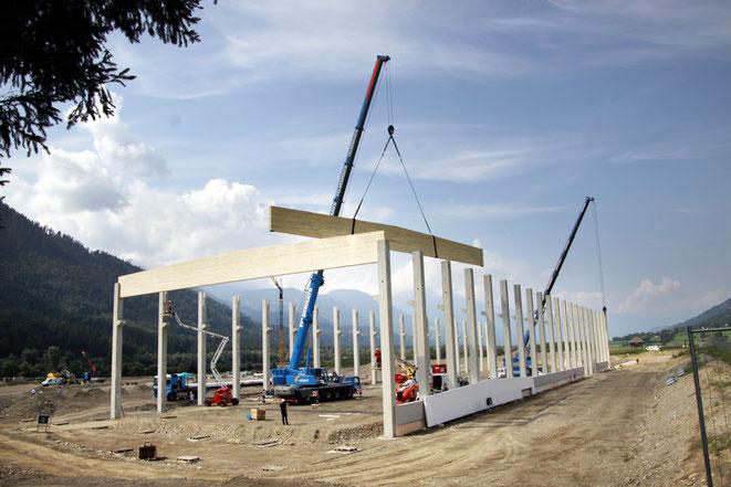 die ersten Teile der Dachkonstruktion werden montiert