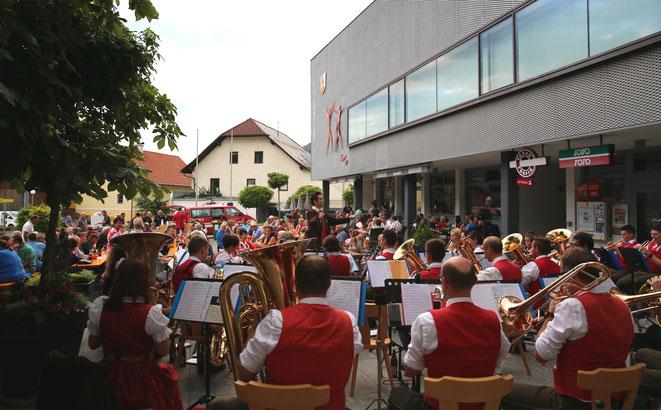 eine halbe Stunde nach Konzertbeginn war der Fritz Strobl-Platz gerammelt voll