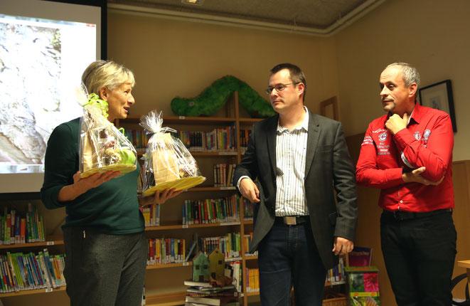 als Dank wurde den beiden Präsentatoren von Hildegard Mößlacher ein kleines kulinarisches Geschenk überreicht