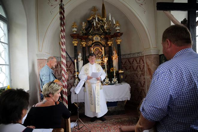 Pfarrer Franz Medryk hält die Hl. Messe mit musikal. Umrahmung von Toni Tanner (li)