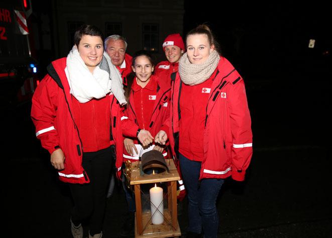 die Jugend-Rotkreuzgruppe Greifenburg mit Fritz Linko überbrachte das Friedenslicht
