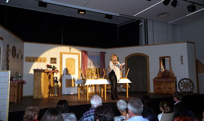 Theatergruppenleiterin Christiane Tschabitscher hielt die Begrüßungsansprache