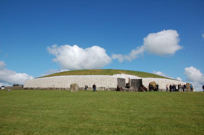 Besucher erhalten zunächst wichtige Informationen über das Gangrab, bevor der Guide sie in die Grabkammer führt