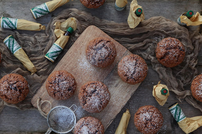 Schokoladenmuffins und Underbergflaschen