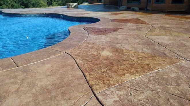 pavimento impreso alrededor piscina