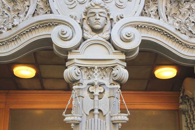 Justitia mit verbundenen Augen vor dem Gericht Berlin-Moabit; Aaden Privatdetektive Berlin
