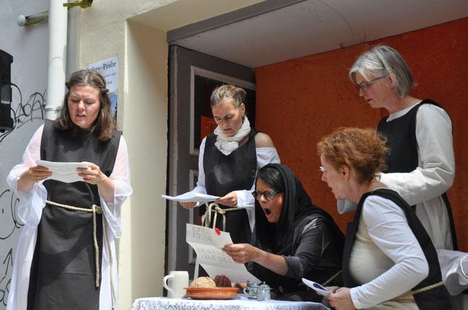Hier fünf der sieben Darstellerinnen bei unserer Show-Probe auf dem HanseKulturfest