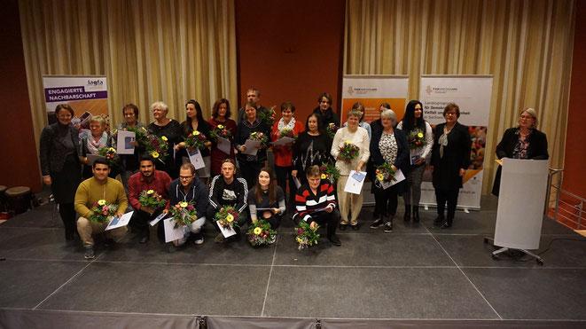 Alle Ehrenamtlichen: Ingrid Braumann (stehend, 2.v.l.); Karina Hundsdörfer (stehend 5.v.l.); Adelheid Wölfel (stehend 10.v.l.)