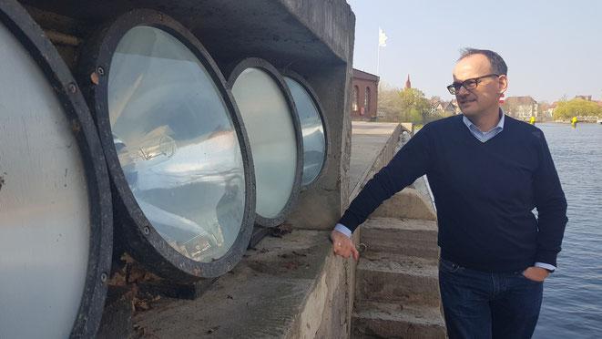 Mathias Mönchmeier, Kraftwerksbetreiber der Wasserkraft Bernburg vor den Scheinwerfern der Schlossbeleuchtung
