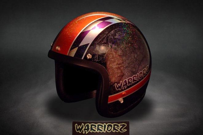 キャンディー塗装.フレーク塗装.ラップ塗装を使ってカスタムペイントされたヘルメットの画像