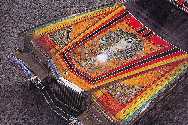 カスタムペイント車、アメ車リンカーンコンチネンタルマークⅤローライダーをキャンディーフレーク塗装でソウルペイントしてボンネットにミューラルをいれた画像