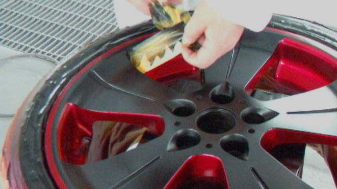 アルミホイールの塗装、車のアルミホイールをカスタムペイントしてマスキングを剥がしているいる作業画像