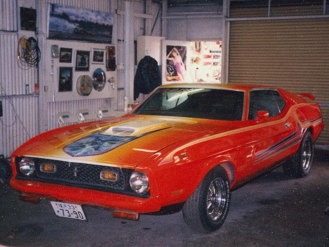 カスタムペイントした車、1973年式マスタングマッハワンにフェーティング塗装してエアーブラシとグラフィックスをいれました。