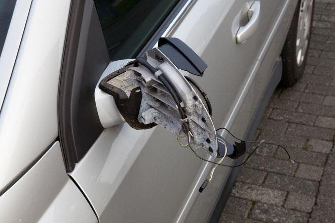 zerstörter Seitenspiegel an einem Auto | Detektei Düsseldorf | Privatdetektiv Düsseldorf