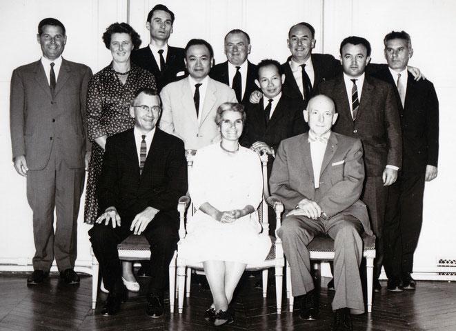 Sur la photo. Assis de gauche à droite: Thomas Schooley, Viola Frymann, Harold I Magoun. Debout, à l'extrême gauche, Renée Quéguiner. Cinquième à partir de la gauche, Dennis Brookes. A l'extrême droite, Francis Peyralade, Bernard Barillon.