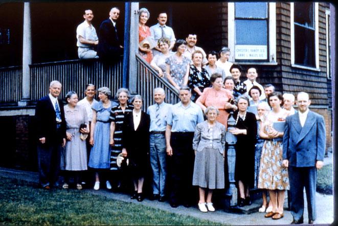 Le Dr WG Sutherland (a gauche ) et ses élèves de la promotion 1948 ou 1950 ? Le Dr Anne Wales vers le poteau