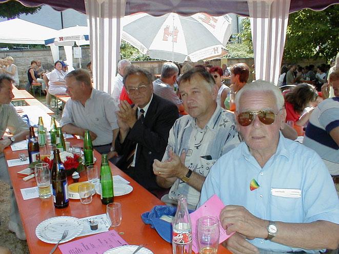 Max Käsermann als Ehrengast im Rahmen des 1. August 2001 mit Gemeinderäten und Altbundesrat Otto Stich als Festredner
