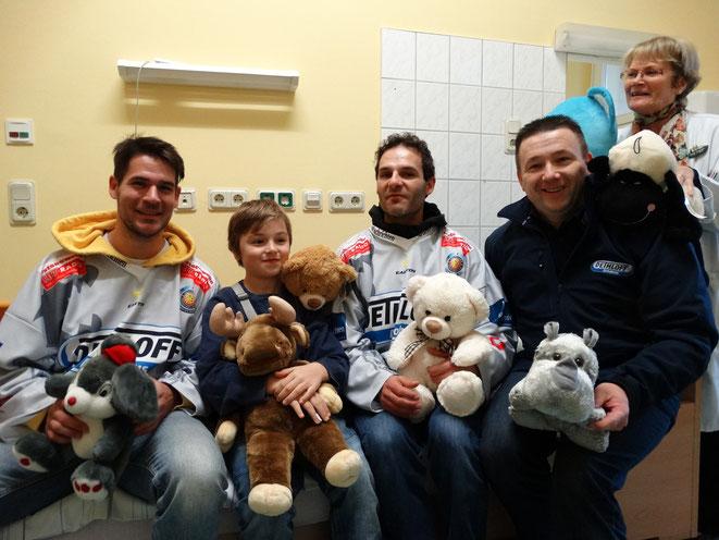 Die Piranhas verteilen die Teddybären aus dem Spiel gegen den HSV in der Universitäts- Kinder- und Jugendklinik in Rostock!