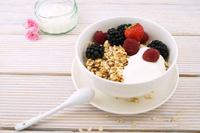 Bild von einer Müslischale mit Früchten, Ballaststoffe gegen Brustkrebs