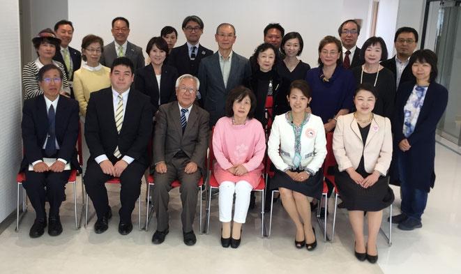 峠貴斗社長(上段左から2人目)と審査員・交付団体の方々