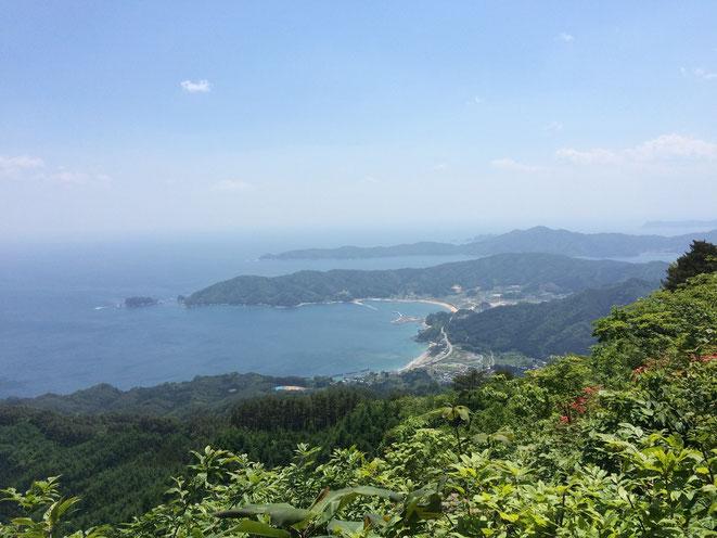 岩手県上閉伊郡大槌町の吉里吉里地区と波板地区。鯨山からの眺望。(2015年5月17日浅川が撮影)