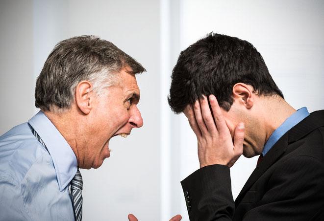 Chef schreit Angestellten an | Detektei München | Detektiv München