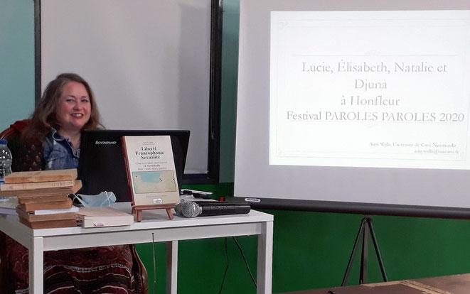 Amy D. Wells lors d'une conférence au festival Paroles Paroles d'Honfleur