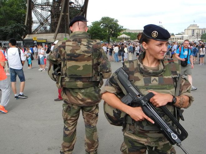 Le sergent Moeata, jeune-femme de 26 ans, gère les patrouilles de ses hommes