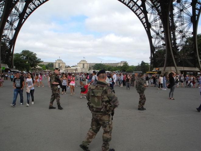 Les militaires patrouillent sous la tour Eiffel à Paris