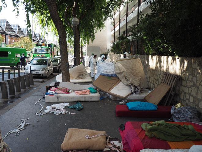 Les services de la ville nettoient le camp après l'évacuation des migrants de la halle Pajol