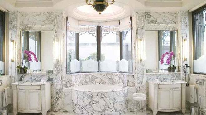 Comme les autres suites du Meurice, la Belle Etoile offre une salle de bain en marbre, à 18.000 euros la nuit tout de même. © Dorchester Collection