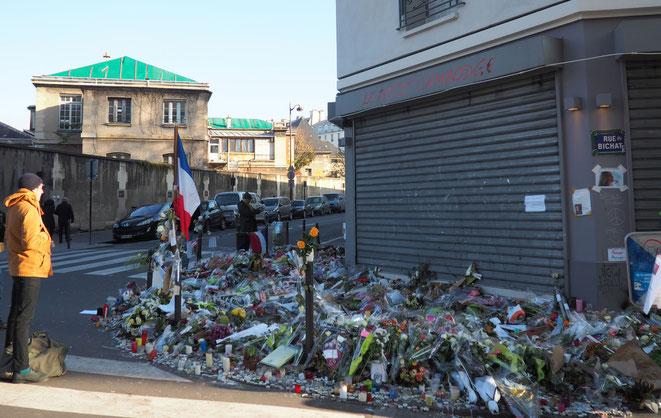 Attentats de Paris, le vendredi 13 novembre 2015... Après cette nuit de terreur, les Parisiens ont redressé la tête, et exprimé sur les murs leur soutien aux victimes, et leur résistance