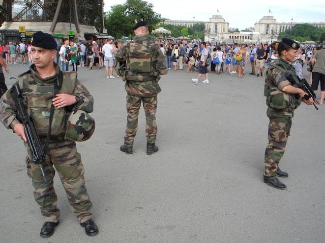 Ces militaires réservistes patrouillent sous la tour Eiffel. Ils sont 10.000 soldats déployés ainsi en Ile-de-France