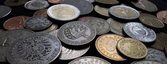 Münzen aus Deutschland, Großbritannien, Ungarn, der Schweiz, dem Euro-Raum und dem Rest der Welt