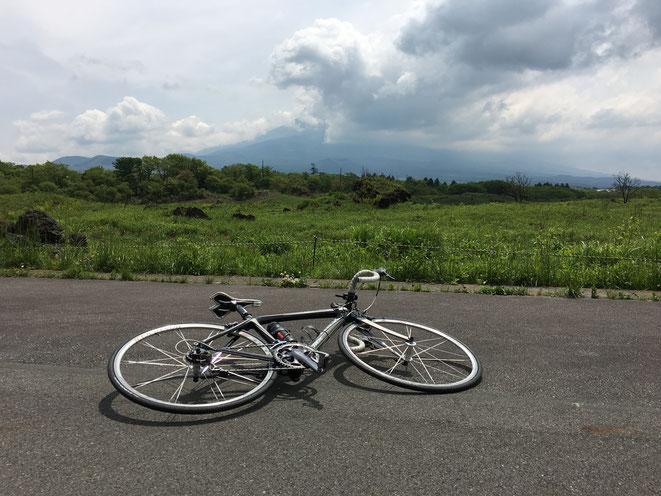富士をバックに朝霧高原と自転車