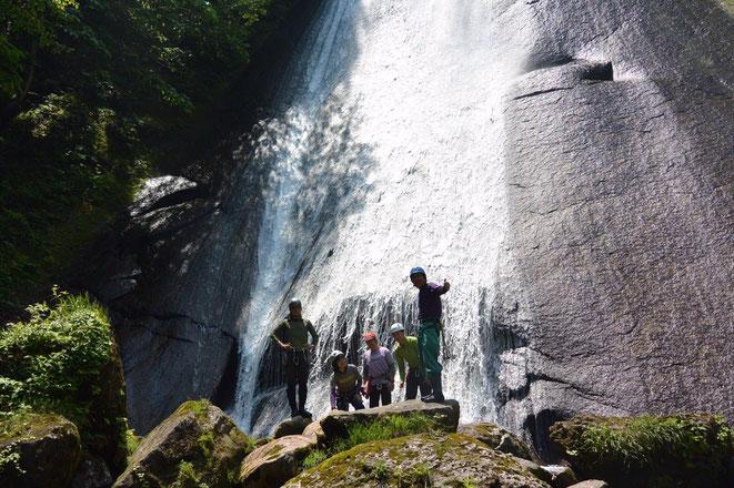 蓑谷大滝の前で記念写真