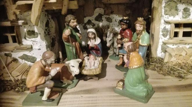 Per Hand geschnitzte und bemalte Krippenfiguren aus Mattsee/ Salzburg