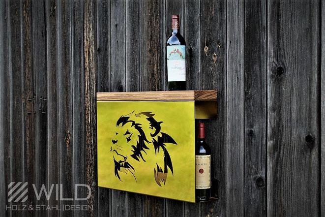 Ein Wandregal der besonderen Art. WILD DESIGN hat hier ein vergoldetes 24 Karat Sideboard mit Zebrano Holz aus Afrika und Löwen geschaffen. Darauf findet sich der teuerste Wein, ein Petrus Jahrgang 1982. Château Pétrus aus Pomerol bei Bordeaux.
