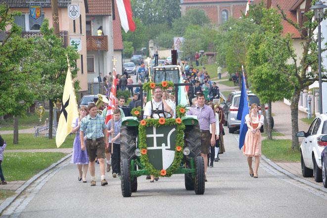 Die KLJB Großenried bei der Landmaschinen- und Fahrzeugsegnung am 1. Mai 2014