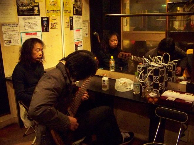 真面目な桜井君は控室でも練習。卓の右端に見えるのが伊藤さんからの差し入れ。その左は石畠さんの奥さんからのミニあんドーナツ! オレの大好物!!