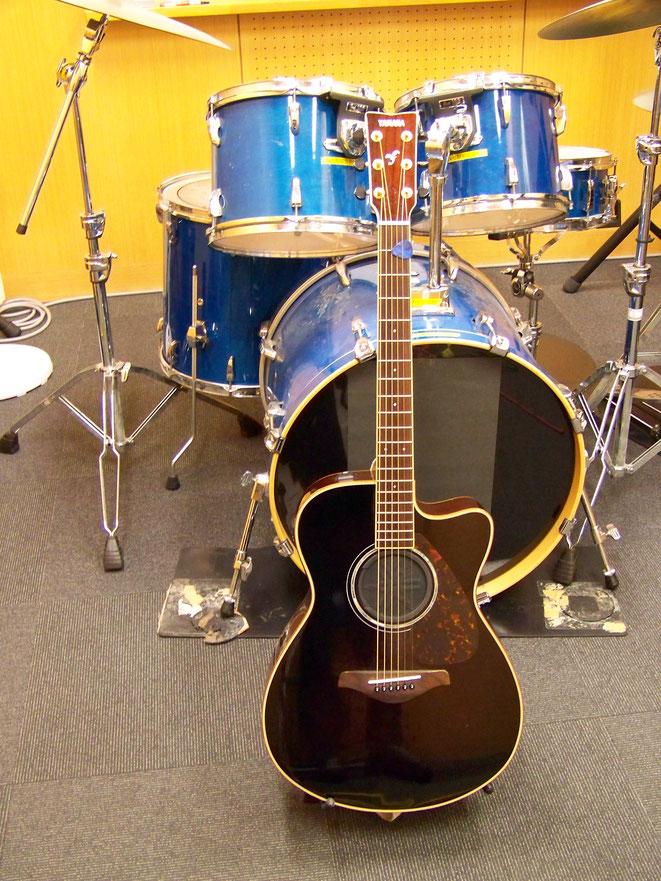 このギター1本でやってます。後ろのドラムは使いません(笑)。