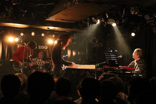 左からオレ、谷本君(Ds)、北山君(Vo,Kbd)、花本君(Kbd)   Photo by Asumi T.