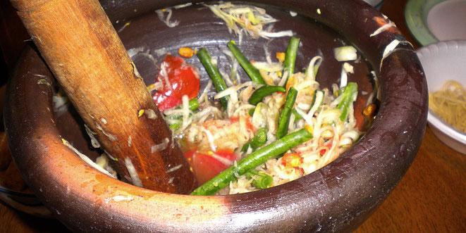 Das thailändische Nationalgericht: Pappaya-Salat oder Som Tam. Immer frisch zubereitet im «Pog Pog»