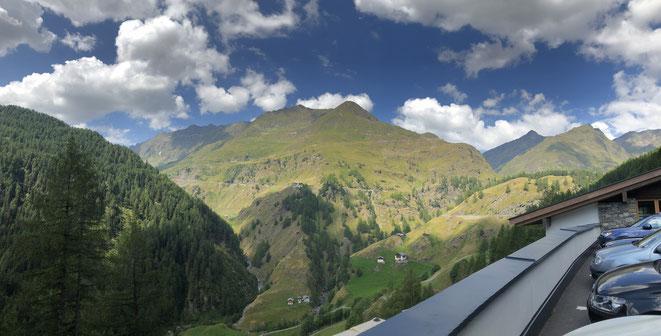 Rund 11 Kilometer liegen noch vor dem Radler, der am Gasthof Schönau pausiert – blöderweise die härtesten Kilometer des Bergs.