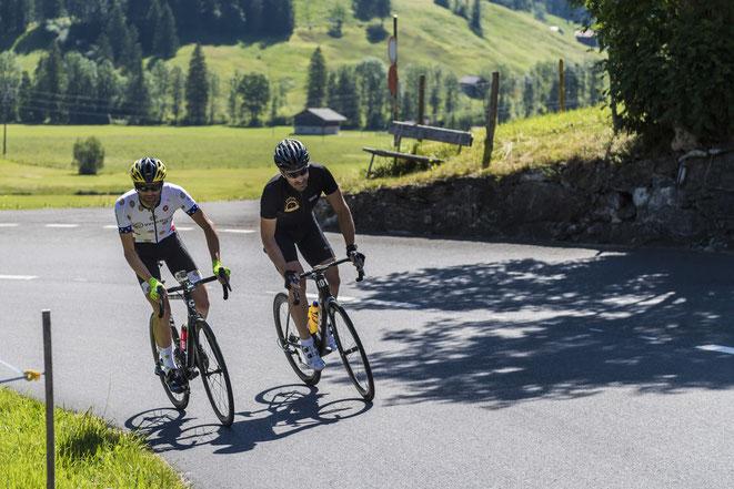 Cancellara im Duell mit Phil Gaimon  (der dem Schweizer in seinem Buch Motordoping vorgeworfen hatte).