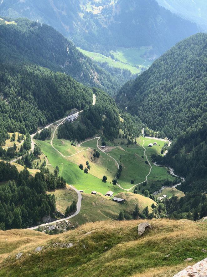 Schulterblick zurück ins Passeier Tal, mittig/links ist der Gasthof Schönau zu erkennen.