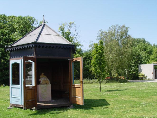 De Piëta in het tuinhuis op begraafplaats Leiden, vaste opstelling