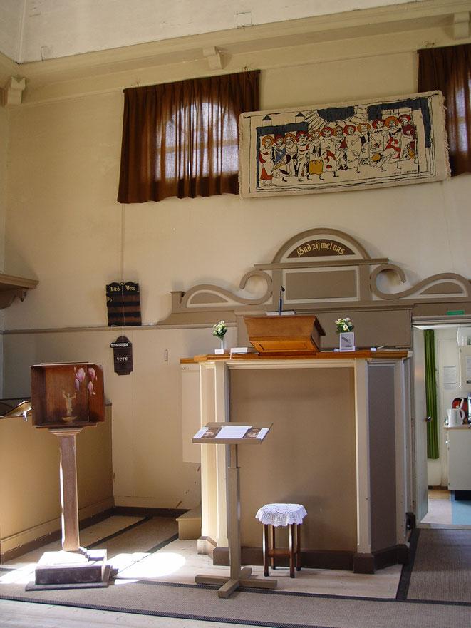 v.l.n.r. veldschrijntje Orpheus, tapijt Zwarte Zon van Sietse H. Bakker in de Doopsgezinde kerk van Middenbeemster
