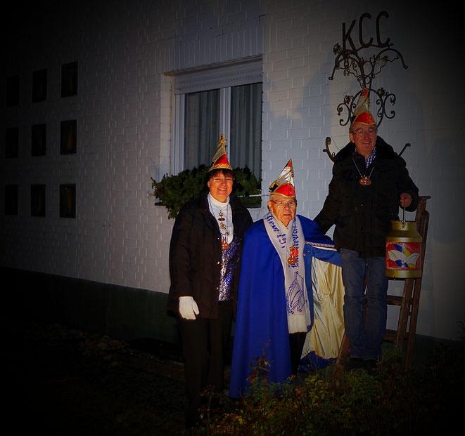 kampagneneröffnung in Eschollbrücken- Heike Graf, Volker Phiippi und Wilfried Hauff haben am 11.11. um 19.11 Uhr in der Friedhofstraße die Kanne zur Karnevalseröffnung aufgehängt. Die närrsiche Zeit beginnt.  Krä-Foto